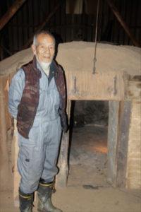 長年炭を作り続けてきた山口廣志さん(73)=旭町=は、年齢とともに体力の衰えを感じ、炭作りへの思いと技術を受け継いでくれる後継者を望んでいる。