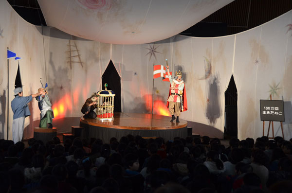 本物の舞台芸術にふれる機会を―。大島町の中筋小学校(山口剛校長、305人)に5日、児童劇団として全国各地で公演している「劇団たんぽぽ」(静岡県浜松市)が来校。1時間程度の劇を上演したほか、終了後には児童に向けた体験型講座も開いた。