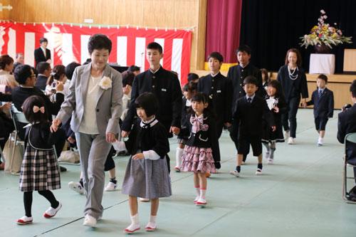 市内の小中学校で9日から10日にかけて一斉に入学式が行われ、小学校は全10校で計246人、中学校は全6校で計272人が入学した。