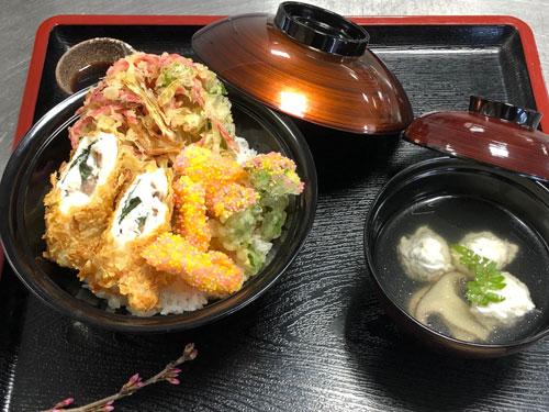 福知山淑徳高校調理系列3年生の大島楓花さん(17)=寺町=がこのほど、東京で開かれた第2回「高校生和食料理コンテスト」に同じ調理系列の同級生とペアで出場。地元食材のタケノコ(福知山市報恩寺産)などを使った料理で見事グランプリに輝いた。同校のグランプリは第1回から連続。