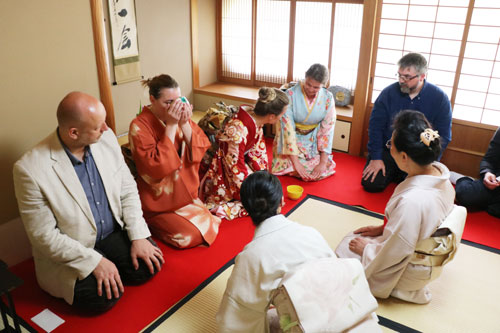 合気道と剣術を学ぶポーランド人の一行18人が16日、綾部市を初めて訪問。ポーランドと日本の国交樹立100周年が今夏に控える中、「合気道の発祥地」として以前から関心があったという綾部で、茶道などを通じて日本文化を学んだ。