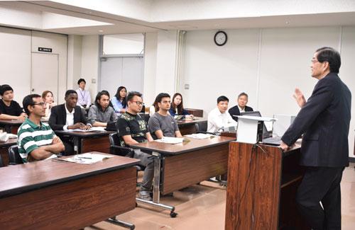 立命館大学(京都市)の留学生ら約30人が5月31日、日本の行政制度を学ぶ目的で1泊2日の日程で来綾。初日の夕方には市役所を訪問し、山崎善也市長から綾部市の特色などについて講義を受けた。