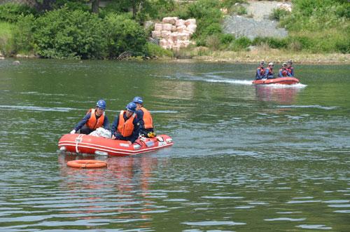 綾部署と市消防本部は19日、初めて合同で水難救助訓練を実施。由良川の綾部大橋―新綾部大橋間に船を浮かべ、操船に関する基本訓練を行って技術と知識を深めた。
