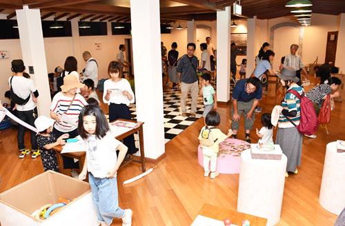 あやべグンゼスクエア(青野町)の開設5周年を記念したイベント「5周年deご縁日」が23日、同所で開かれ、会場は多くの家族連れらでにぎわいを見せた。
