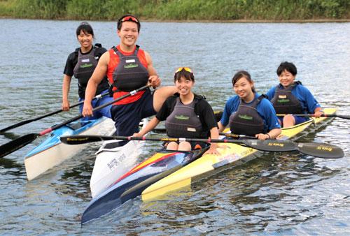 カヌー部(片山健大顧問、荒木悠太部長、16人)からは5人の選手がインターハイ出場を決めた。8月の大会に向け、片山顧問の指導の下、毎日由良川で厳しい練習を積み、万全のコンディションづくりに励んでいる。