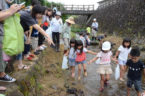 上延町の安場川で6日、午前に中筋小の4~6年生を対象にした「中筋ふるさと探検隊」、午後には中筋地区に住む5歳児らを対象にした自然教室「ハローおさかなくん」の2つのイベントが開かれ、それぞれ子どもたちは魚つかみなどで川と親しんだ。