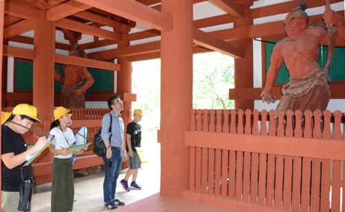 子どもたちが持った「地域の歴史を学びたい」という強い思いが大学教授との出会いを生み、より深い学びの機会につながった。上林小中一貫校(八津合町、小林昌宏校長)の6年生5人が10日、京都府立大学の教授らと睦寄町の真言宗光明寺を訪れ寺の歴史を実地で学んだが、大学教授らが綾部を訪れたのは児童らのラブコールによるものだった。協力を約束した教授らに同寺に関する疑問を綴(つづ)った電子メールも送付。この日、疑問に答えてもらった。
