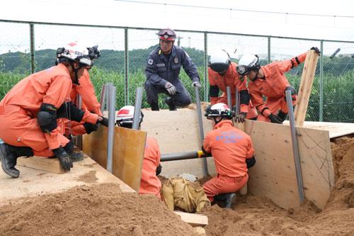 昨年の7月豪雨や近年たび重なる台風被害などで災害救助事案が複雑多様化する中、市消防本部は今年度、倒壊建物や土砂崩れの中での救助活動に役立つ「救助用支柱器具」の一式(約400万円)の導入を決定。10月ごろの導入に先駆けてこのほど、器具を活用した土砂災害対応訓練に署員らが励んだ。