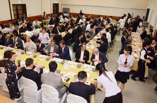5月20日に味方町の「京 綾部ホテル」が閉館して以降、「市内では大きな宴会はできないのでは」との憶測が広がっていた中、府中小企業団体中央会が25日に開いた「北部地域組合代表者会議」(29日付既報)は、同ホテル以外でも150人規模の講演会と120人規模の宴会の組み合わせが市内で開催できることを実証する貴重な事例となった。大きな宴会の〝市外流出〟によるまちの経済損失やイメージ低下が懸念されていた中、今回の事例は、今後大きな宴会を予定する関係者の選択肢を広げるヒントになりそうだ。