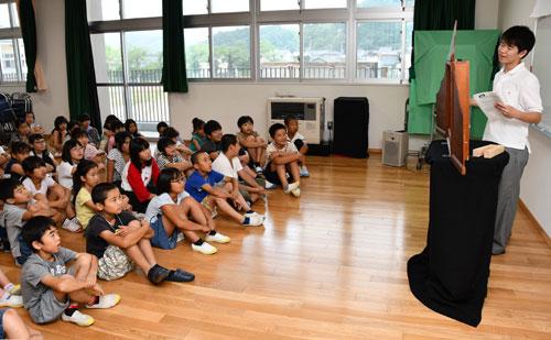 市内の小学生を対象とした恒例の「イングリッシュキャンプ」が7月29、30の両日、鷹栖町の東綾小・中一貫校であり、参加した4~6年生たちは外国語指導講師(ALT)とふれあいながら生きた英語を学んだ。
