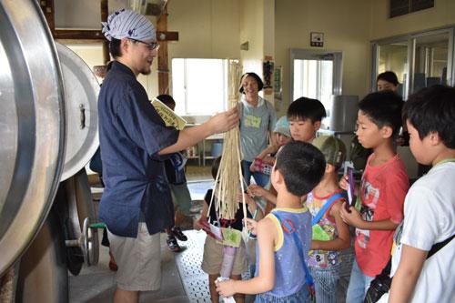 十倉名畑町の黒谷和紙工芸の里で3日、「夏休み親子体験プログラム『「和紙をわし! わし!』」(黒谷和紙協同組合主催)が催され、中丹地域から参加した7組の親子たちが、黒谷和紙にふれるワークショップを通じて和紙に親しみを持った。