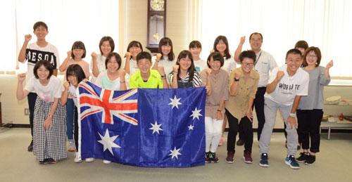 市教委の「飛び立て! 中学生海外派遣事業」で渡豪する市内の中学生15人の出発式が7日に市役所まちづくりセンターで開かれ、式の終了後にはその足でオーストラリア第三の都市・ブリスベンへ旅立った。