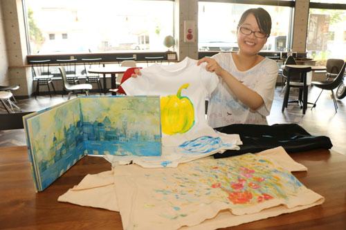 駅前通の会員制シェアオフィス「あやべピースビル」で18日と25日、〝世界で1枚だけ〟の手描きTシャツが作れるワークショップが開かれる。講師は、絵本作家としての独立を目指し、今月からこのシェアオフィスに会員登録した村上碧(みどり)さん(23)=井倉町。仕事の一環として手掛ける手描きTシャツの魅力を伝えようと、初めてワークショップを企画した。対象は小中学生(小学4年生以下は保護者同伴)。