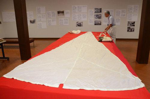 蚕糸業を取り巻く環境が大きく変わった昭和期の資料を基に、グンゼ(廣地厚社長)が青野町のグンゼ博物苑・集蔵で催す「昭和をたどるアーカイブ展『郡是からグンゼへ』」が28日から始まった。期間は9月6日までで入苑無料。同社では多くの市民に来場を呼びかけている。