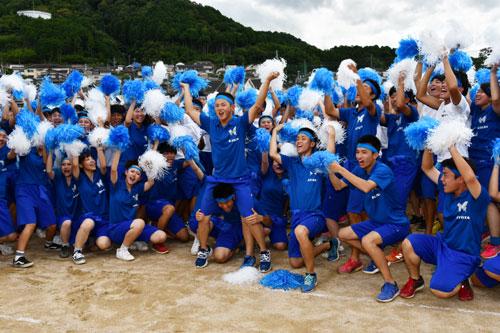 「綾高祭」の最後を締めくくる体育祭が5日、岡町の綾部高校の四尾山キャンパス(本校)で行われた。朝から多くの保護者らが見守る中、生徒たちは競技や集団演技に全力で取り組んだ。