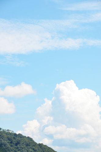 関東を直撃した台風が運んできた温かい空気が流れ込んだのか、真夏のような暑さが数日続いた10日、以久田橋の栗町側のたもとからふと空を見上げると、低い所にある「夏の雲」と、高い所にある「秋の雲」が同居していた。二つの季節が行き交う空で「行合(ゆきあい)の空」というらしい。