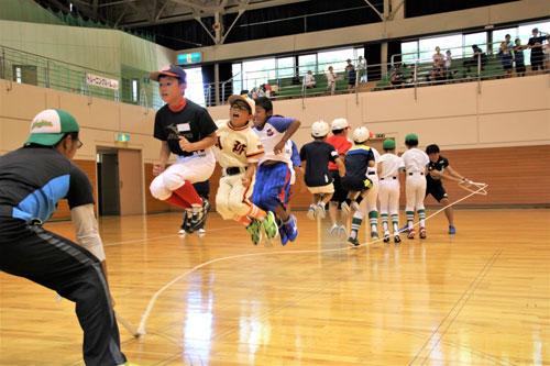 市スポーツ少年団(白波瀬清孝本部長、18団)の第41回「全団交流大会」(府と市のスポーツ少年団・市スポーツ協会主催)が8日、上杉町の市総合運動公園体育館で開かれた。
