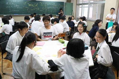 来年度に策定予定の第6次市総合計画(計画期間=2021~2030年度)に高校生の意見を反映させようと、市は11日、岡町の綾部高校四尾山キャンパス(本校)を訪れ、市が包括連携協定を結んでいる京都産業大学と連携して生徒らとの意見交換会を開いた。
