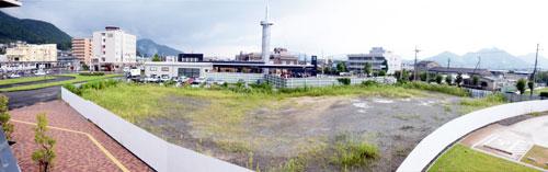 JR綾部駅北側の北部産業創造センター隣接地に、図書館とコンベンションホール(大規模多目的ホール)、ホテルの3つの機能を持った新たな複合施設を建設する構想があることを山崎善也市長が11日、9月市会一般質問の安藤和明市議の質問に答える形で明らかにした。規模や時期などについては今後、関係者と調整しながら検討していくとしている。