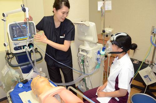1993(平成5)年から続けてきた「ふれあい看護体験」をスケールアップし、看護職以外の職種にも対象を広げる「コメディカル体験」として催す取り組みが9月29日、青野町の市立病院(高升正彦院長)で開かれた。