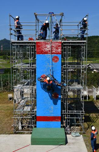 ハイキングを楽しむ人らが増える秋の行楽シーズンを前に市消防本部は1日、味方町の市消防署で特別警防訓練を行った。内容は滑落事故を起こした要救助者を救出するというもので、若手の救助隊員たちが資機材を使いながら知識と技術を磨いた。
