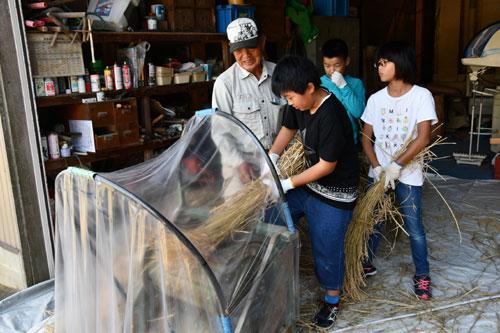 西八田小学校(岡安町、小嶋康弘校長)の5年生9人が7日、上八田町の塩尻泰一さん(76)宅で米の脱穀作業に挑戦した。昭和30年ごろまで実際に使われていた足踏み脱穀機などの農機具を使ったもので、児童たちは作業を通じて実りの秋を実感した。