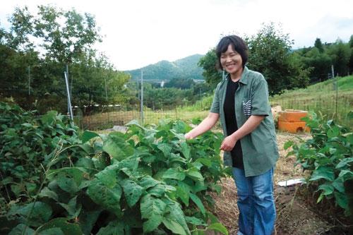 山家地区で「ともときファーム丹波」を運営する名古屋出身の立松季久江さん(45)=味方町。 農薬や化学肥料、動物性肥料を一切使わず、試行錯誤しながら40~60種類の旬の野菜を育て、販路も独自に開拓していった。16(同28)年には、自らの農業体験を等身大で伝える電子書籍も出版した。その働きぶりを見込まれ、奥野晃章前代表から今年、ファームの一部事業を継承することになった。