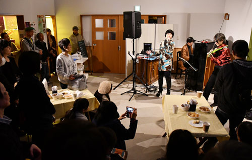 JR山家駅前(上原町)の山家ふれあいの駅で4日夜、音楽イベント「やまがサウンドエクセドラ」(やまが元気プロジェクト委員会主催)があり、市内外から来場した多くの人がジャズ演奏などを楽しんだ。