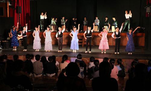 鷹栖町の東綾小中一貫校体育館で12日、「平富恵(たいらよしえ)スペイン舞踊団」の巡回公演があり、分教室を含む東綾小学校の児童ら80人や保護者、地域住民らが、情熱あふれる本格的なフラメンコを堪能した。