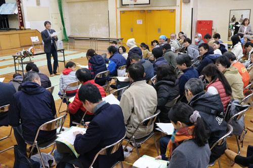 西八田小学校(岡安町)で17日、田舎の暮らしを楽しむ知恵や技術を無料で学べるユニークなイベント「田楽(でんがく)学校」(田楽研究所主催、あやべ市民新聞社など後援)が開催され、校舎や体育館、運動場は参加した大勢の人でいっぱいになった。