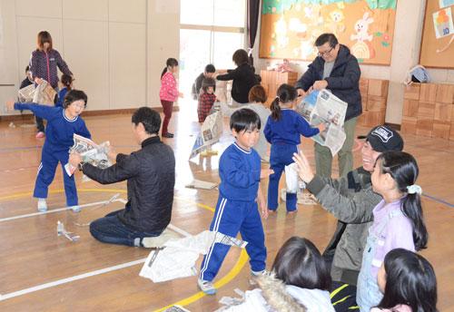 今年度の園児(5歳児)数が過去最少の6人となっている綾部幼稚園(上野町、松浦宏美園長)。第1次ベビーブーム時代の1954(昭和29)年度には380人の卒園生があり、第2次ベビーブーム時代の78(同53)年度にも286人が巣立った「超マンモス幼稚園」の面影は、今はない。しかし、これを逆手にとって少人数の良さを生かした就学前教育を前面に出し、主体的に学ぶことのできる「幼稚園の魅力」を保護者や地域の人らに広くアピールしている。25日からは来年度の園児募集も始まった。募集期間は12月13日まで。