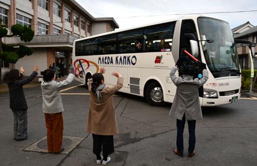 岡町の綾部高校(岸田敏明校長)・四尾山キャンパス(本校)の2年生211人が4日朝、修学旅行で台湾に向けて出発した。グローバル教育の一環として台北市とその近郊を巡るもので、7日までの3泊4日の中で地元の高校生や大学生と交流する機会も組み入れ、生徒たちの国際感覚を磨く。中丹3市の公立高校のうち、海外への修学旅行を学年単位で行うのは綾部高校本校が初めて。
