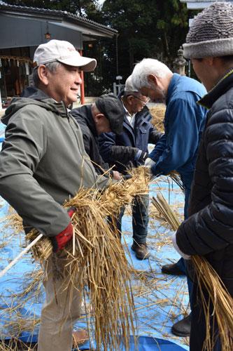 師走となり、今年もあと残り1カ月を切ったが、1日には宮代町の綾部八幡宮(奈島正倫宮司)で、迎春用のしめ縄作りが行われた。
