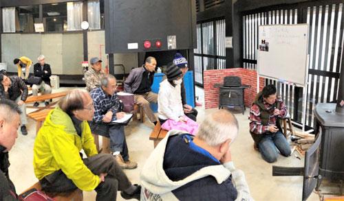 NPО法人里山ねっと・あやべは、市里山交流研修センターの幸喜山荘(鍛治屋町)で7日、薪(まき)ストーブについて語る「里山談話」を催し、薪ストーブに興味や関心のある人ら約30人が集まった。今後、毎回テーマを変えて全8回実施する予定。