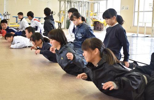 今年度府民総体の最終種目である第42回市町村対抗駅伝競走(府民駅伝)が来年2月9日に、福知山市の三段池公園総合体育館前を発着点とする8区間、36・309㌔のコースで開催される。綾部市チームに選出された中・高校生と社会人選手らが21日、岡町の綾部高校グラウンドで〝顔合わせ〟をし、入賞(8位以内)を目標に気持ちを一つにした。