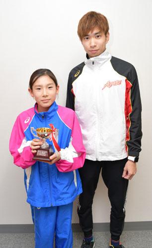 岡町の綾部高校室内温水プールで15日に開かれた第25回オール両丹水泳競技大会で、志賀小5年の河北梨帆さん(10)=向田町=が初めて優秀選手賞を獲得した。小学生から高校生までの約70人が出場した女子選手の中で好成績を残した一人に贈られたもので、所属する「水夢」(青野町)のスイミングスクールの関係者は今後の更なる活躍に期待を寄せている。