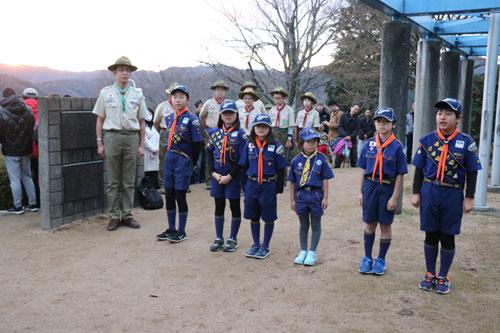 日本ボーイスカウト綾部第2団(猪岡敏一団委員長)が主催する「元旦国旗掲揚式」が1日、上野町の藤山(寺山)山頂で開かれ、約130人の市民が平和の鐘の打ち初めと共に、新年の誓いを新たにした。