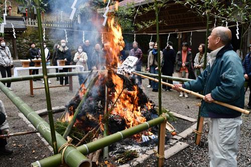正月飾りや古くなったお守り、書き初めなどを焼納する「どんど焼き」が14日に市内の各神社で行われ、訪れた人たちが一年の無病息災を祈った。