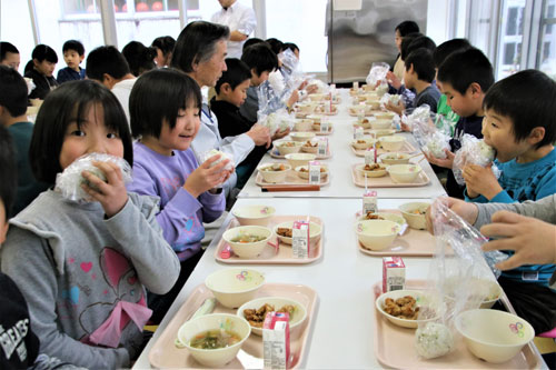 市内の小規模な小中学校7校では1、2の両月、月曜~金曜に設けている給食週間(実施期間は学校ごとに異なる)で「オリンピック・パラリンピックを応援しよう」をテーマに設定し、それに合わせた料理を献立に取り入れている。