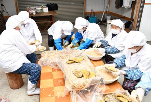 八津合町の「水源の里・瀬尾谷」(礒井進代表)は2月1日から、欠品状態だった「瀬尾谷粕漬」の販売を再開する。一昨年、原料のクロウリが大打撃を受けた獣害を乗り越えての再開で、住民らによる粕漬け作業などにも力が入る。