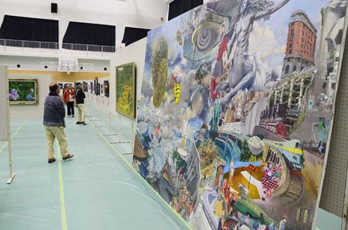 前回までとは会場や開催時期を変え、子どもたちの作品展も併催する形となった第36回「市美術展」(市主催)は30日から、西町3丁目の市民センター(あやべ・日東精工アリーナ)で始まった。2月2日まで。