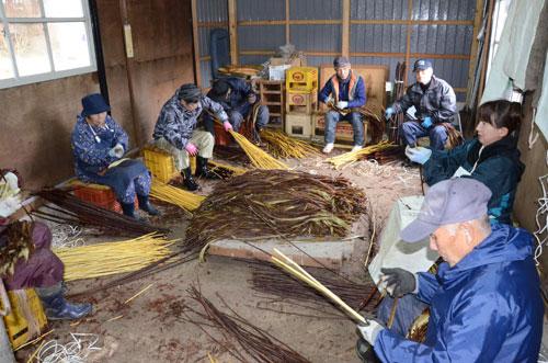 和紙の原料・楮(こうぞ)の生産を通じて黒谷和紙の振興に貢献している白道路楮栽培推進協議会(大石博文代表)の楮の皮剥(は)ぎと出荷作業が今期の最盛期を迎えている。白道路町にある加工施設では会員らが作業に励んでいるが、今、全量を出荷している黒谷和紙の生産に関しては一つの大きな問題が浮上している。同協議会では黒谷和紙協同組合(林伸次理事長)からの相談を受け、共に問題解決へ知恵を出し合いたい考えだ。