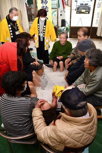 高齢者の交流の場として運営している「サロン広楽」(梶村隆三代表)は15日、広小路2丁目にある民家で2月度例会を開き、参加者たちは入浴剤入りの足湯に入ってほっこりした。