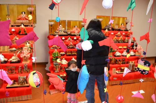 市民から寄せられたり、グンゼの各工場で飾られていたりした雛(ひな)人形を一堂に展示した「グンゼスクエアDEひなまつり」が、青野町のグンゼ博物苑・集蔵で始まっている。3月29日まで(火曜休館)で、入場無料。