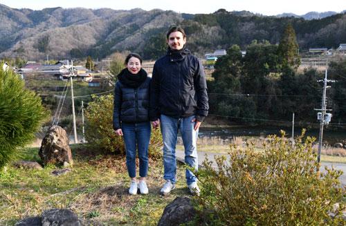 フランスから佃町に移住しようと現在、日仏のカップルが準備を進めている。バルロフ・アレクシさん(37)と千葉県出身の加茂涼子さん(44)の二人だ。綾部で一生暮らしていくことを決めたアレクシさんはすでに我が家を購入。「これから未知数なところもあるが、周りは親切な人ばかり。明るい未来を描いている」と、4月ごろからスタートさせる新しい生活に胸を弾ませている。