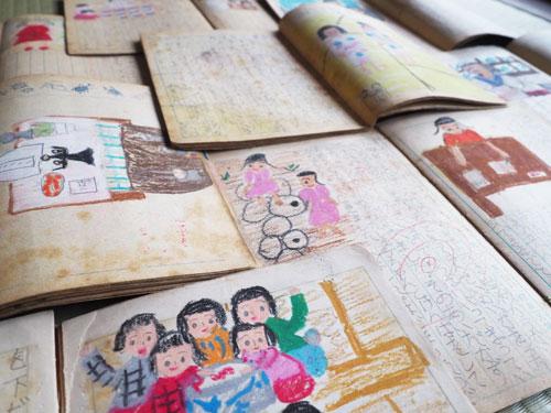 実家の荷物を処分した際、桜井清江さん(75)=睦寄町=にとって懐かしく見覚えのあるノートが出てきた。綾部小学校在学時に書いていた絵日記だ。ほのぼのとしたタッチの色鮮やかな絵と共に書き込まれた日々の出来事、そこに添えられた先生の言葉。ページをめくるごとに忘れていた記憶が蘇(よみがえ)ってきた。
