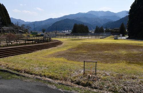 あやべ温泉などを運営する第3セクター会社「緑土」(永井晃社長)は、睦寄町の市二王公園内に大型迷路の整備とバランススクーター(電動立ち乗り二輪車)の導入を計画している。現在、温泉やグラウンドゴルフを中心にシニア層が多く利用しているが、遊具の設置によってファミリーら新たな客層の獲得を狙う。