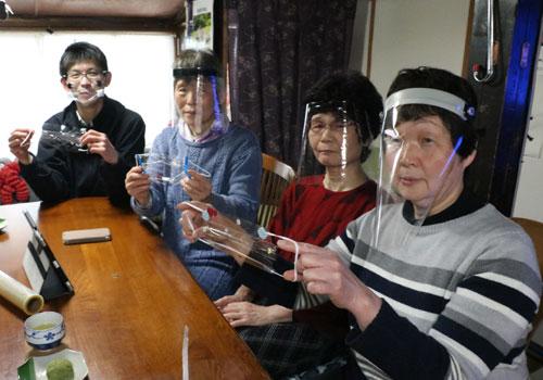 聴覚障害の関係4団体で構成する「あやべネットワーク」(野田和博代表)が、透明のマスクを作ってもらえる業者を探している。新型コロナウイルスの感染拡大に伴ってマスク着用者が急増しているが、難聴者にとっては相手の口元が見えないことがコミュニケーションの大きな妨げになる。また、マスクを外さざるを得ない手話通訳者の感染リスクも大きな課題となる中、口元を隠さず感染予防の機能も果たす透明マスクが必要だという。