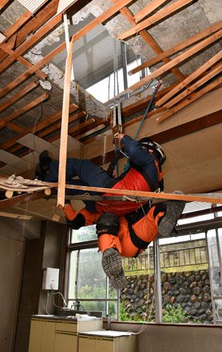 市消防本部は24と25の両日、間もなく解体工事が本格化する並松町の旧市民センターで本番さながらの「大規模地震災害対応訓練」を福知山市など近隣の消防本部と合同で行った。多くの市民に愛されてきた建物が消防隊員らの技術向上のため、姿を消す前に最後の役目を果たした。