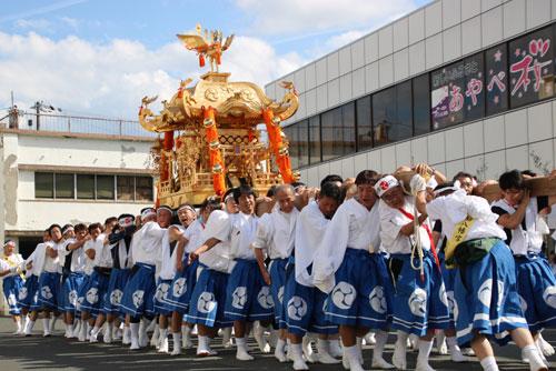 新型コロナウイルスの感染拡大への懸念から、各神社は秋祭りの開催について難しい判断を迫られている。毎年10月に多くの所で催されている市内でも、地域を練り歩く神輿(みこし)巡行などで生じる密集や密接の問題を避けて通るわけにはいかない。全国で中止にする動きが既に出てきている中、8月までに結論を出す方向で検討している各神社の宮司や総代らは頭を悩ませている。